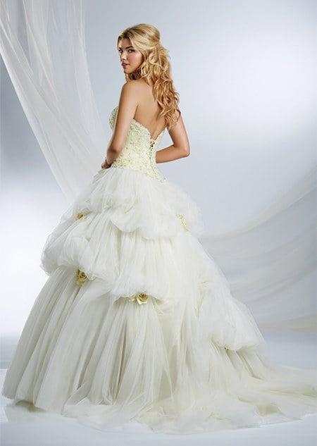 chica rubia usando un vestido de color amarillo con blanco