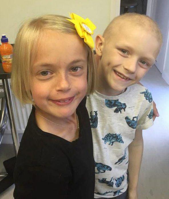 Niños abrazados mientras se encuentran en un hospital