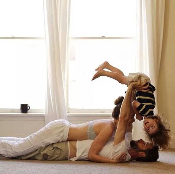 familia con un bebe en brazos
