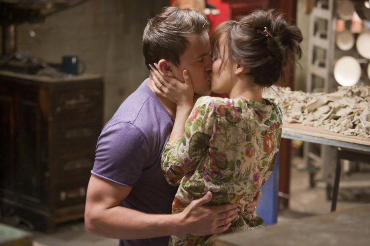 Escena de la película votos de amor abrazados besándose