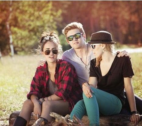 amigos sentados en un tronco hablando