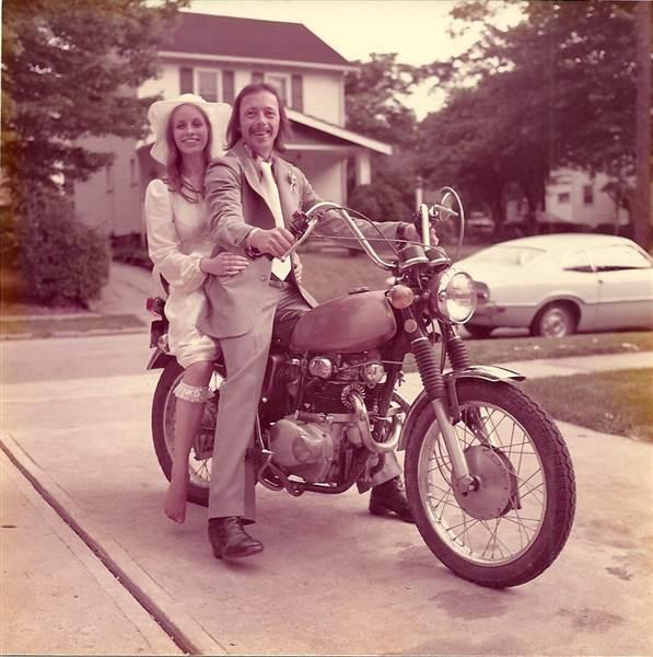 La pareja en motocicleta, el día de su boda en 1975.