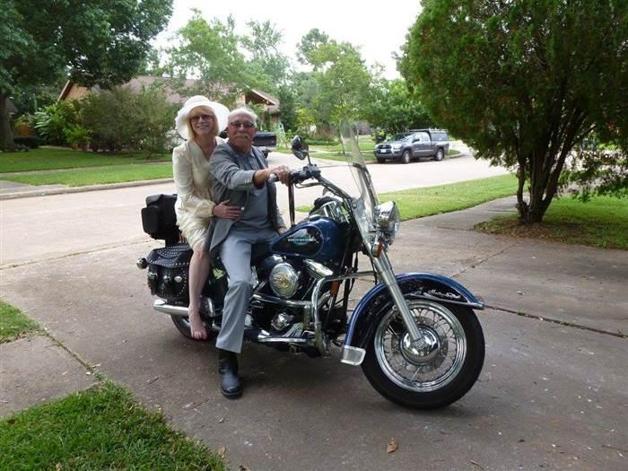 La pareja hoy, sobre la misma motocicleta.
