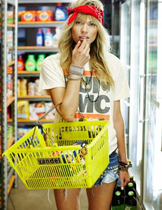 Chica en el supermercado comiendo