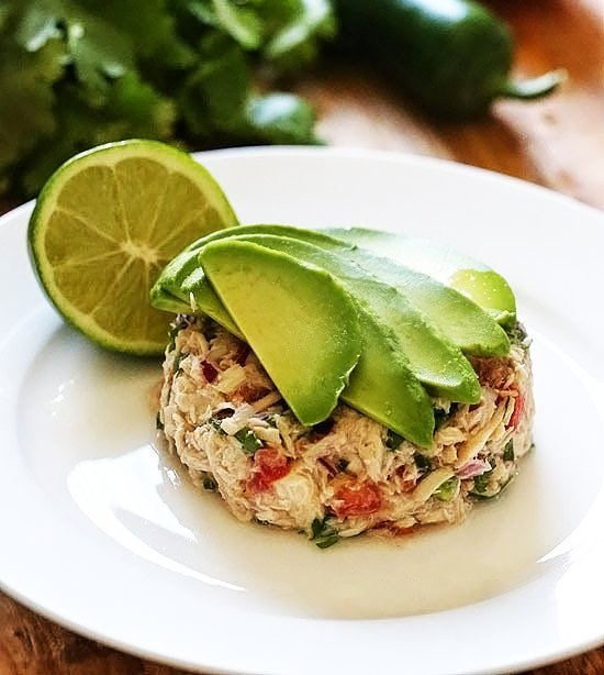 plato de ensalada de atún con aguacate