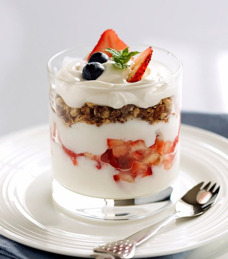 vaso de fruta con yogurt natural