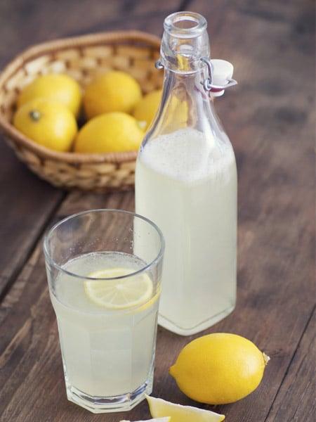 Agua de limón sobre una tabla