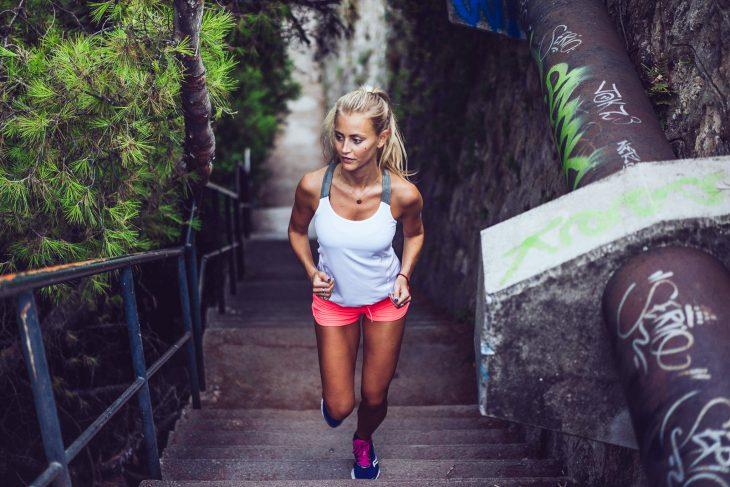 Chica subiendo unas escaleras corriendo