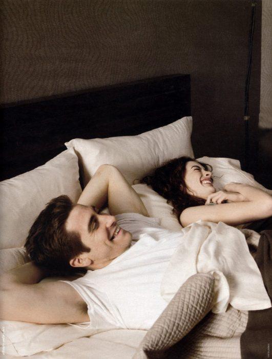 Escena de la película amor y otras adicciones chicos recostados en la cama