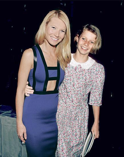 Actriz Gwyneth Paltrow posando junto a ella misma cuando era una niña