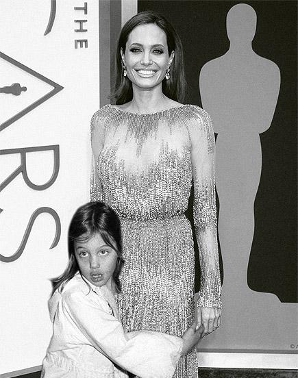 Angelina jolie posando junto a ella misma