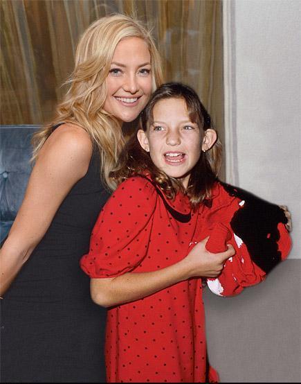 Actriz kate hudson posando junto a su yo más joven