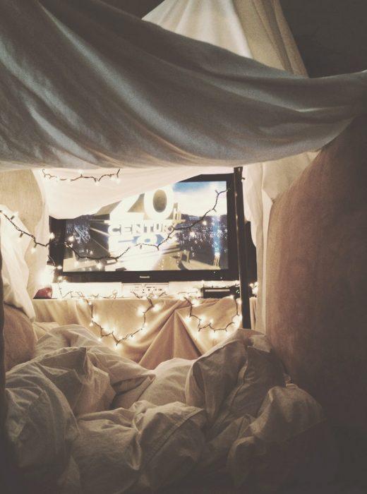 Fortaleza de almohadas y una televisión