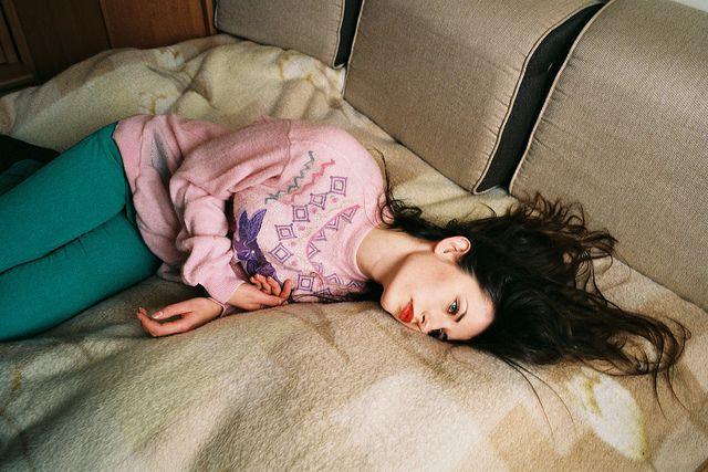 Chica recostada en un sofá