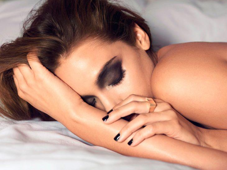 Chica dormida con maquillaje en la cara