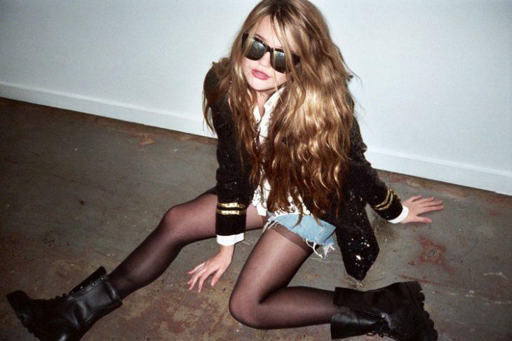 Chica mal sentada en el suelo