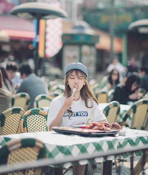 Chica comiendo con un tenedor