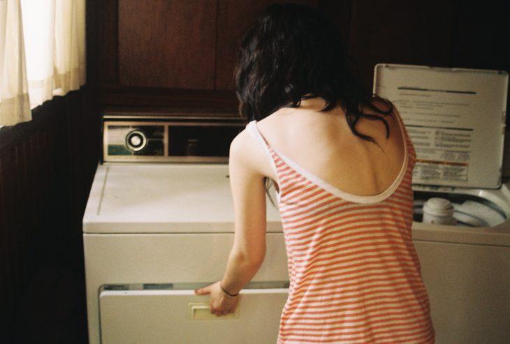 Chica con una lavadora