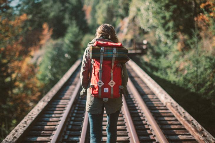 Chica caminando en unas vías del tren