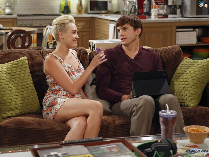 Escena de la serie two and a half men miley cirus con Ashton kutcher