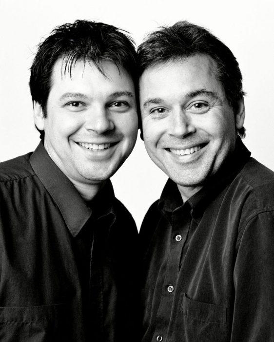 Hombres juntos posando para una fotografía