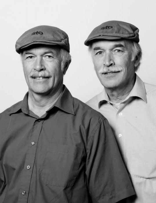 hombres adultos usando una gorra y que lucen como gemelos