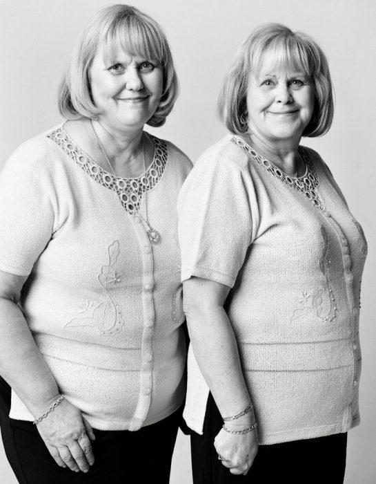 mujeres paradas una al lado de la otra posando para una fotografía