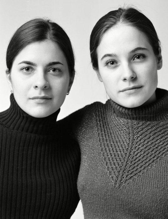 mujeres que parecen gemelas abrazadas