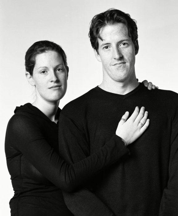 mujer con la mano sobre el pecho de un hombre que luce casi igual a ella
