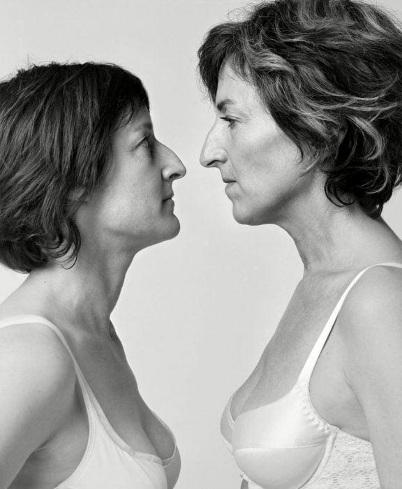 mujeres viéndose frente a frente