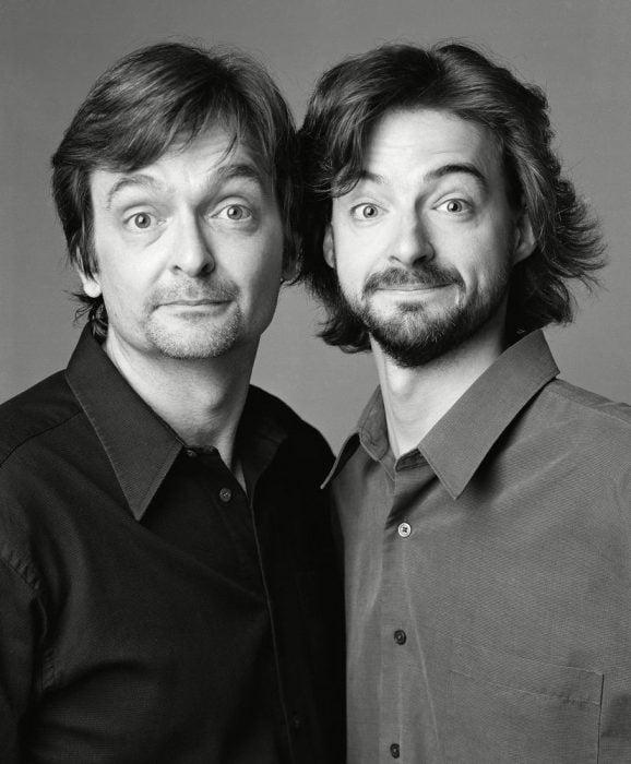 hombre junto a otro que parece su gemelo