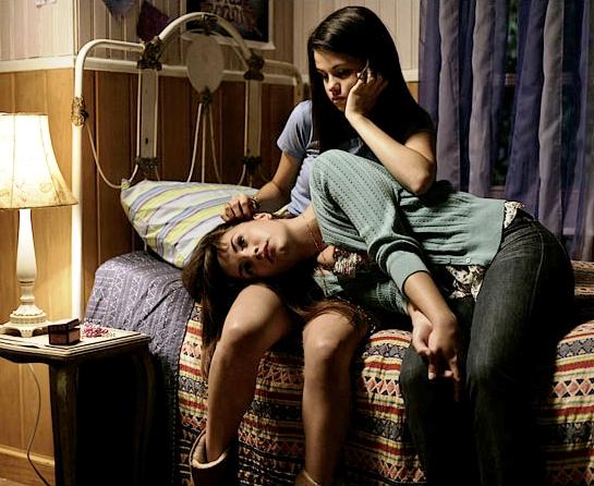 escena de la película programa de proteccion para princesas sentadas en la cama abrazadas