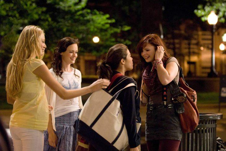 Escena de la película un verano n pantalones, chicas afuera de una casa conversando