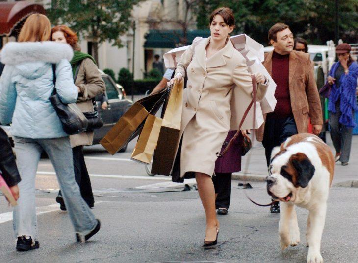 Escena de la película el diablo viste a la moda chica paseando al perro