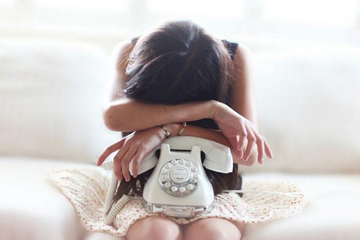 Chica abrazando un teléfono