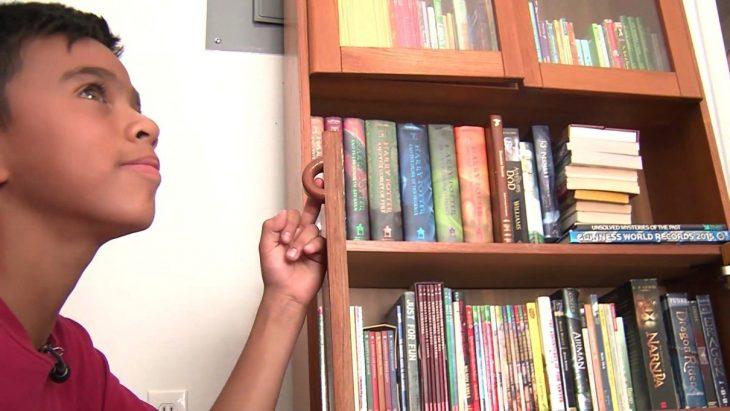 Mathew ha recibido cientos de libros.