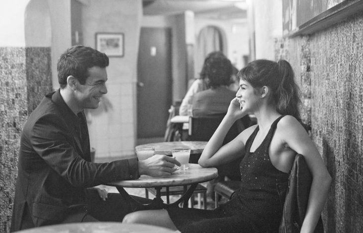 Escena de la película tengo ganas de ti hache y gin hablando mientras están sentados en una mesa
