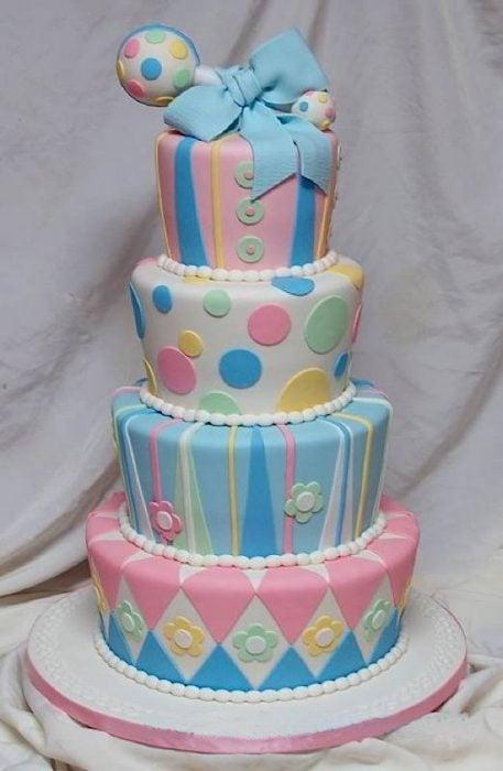 pastel de torre con tortas de colores y decoración de círculos de colores