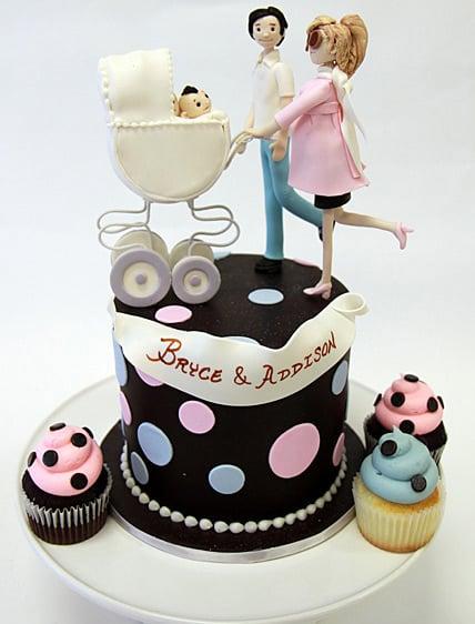 pastel de baby shower de una mujer que va empujando una carriola