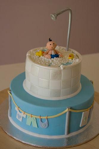 pastel con decoración de una bañera y un bebé dentro de él