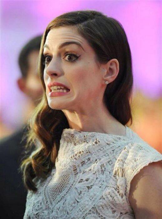 Anne Hathaway con cara de preocupación