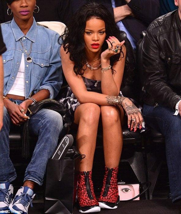 Rihanna con cara de sorprendida