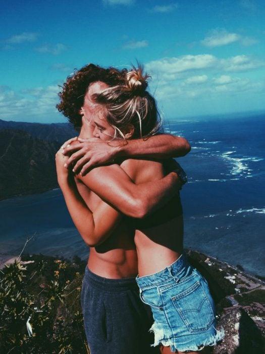 Pareja abrazada en la playa
