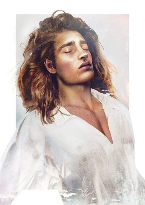 Príncipe de la pelicula la bella y la bestia usando una camisa de color blanco dibujado más humano y con el cabello largo