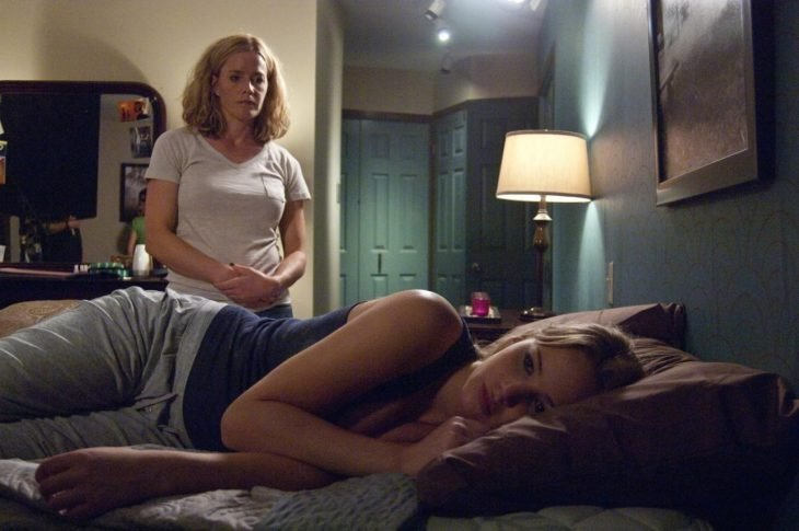 Jennifer Lawrence acostada en una cama