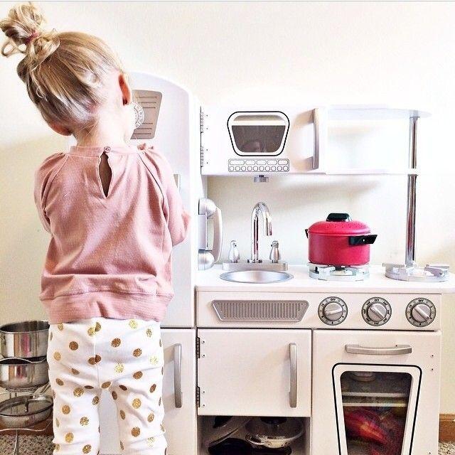 Niña jugando a la cocinita
