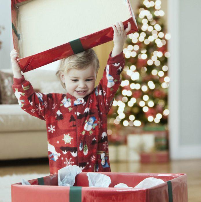 Bebé abriendo un regalo