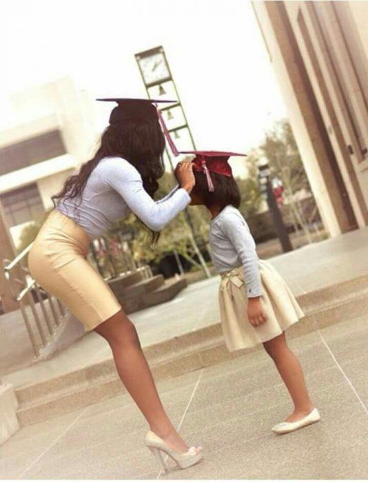 Chica y niña en graduación