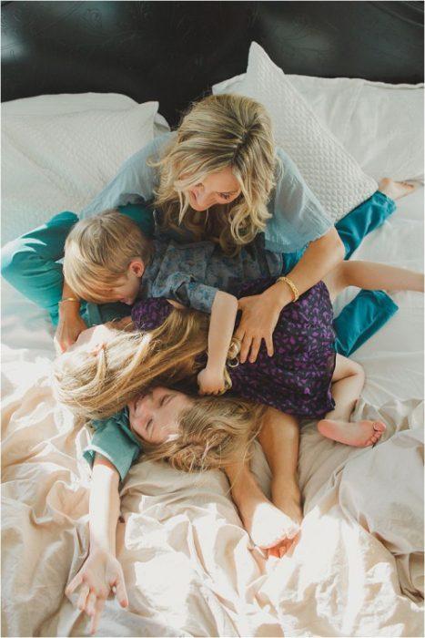 Chica con niños en la cama