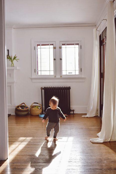 Bebé caminando en un cuarto